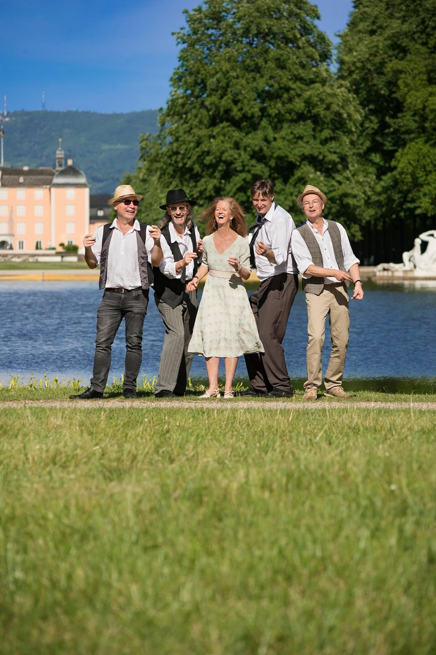 Die Sachs-Band vor einem Schloss